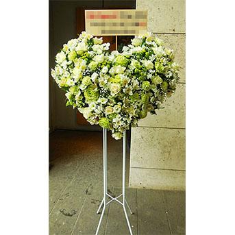 ウェディングのお祝いに・・・ 白バラとグリーントルコキキョウの ハートのスタンド花
