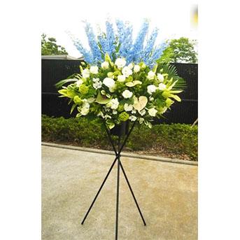 デルフィニウムと白バラのシックなスタンド花