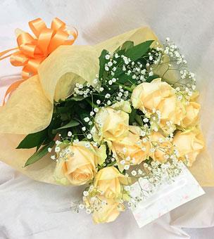 アプリコットカラーのかわいいバラの花束