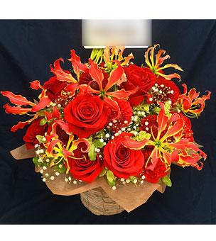 開店祝いに赤バラとグロリオサのフラワーアレンジ