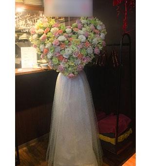 ドレスをまとったハートのスタンド花