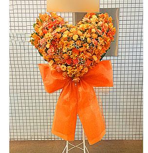 可愛いリボンが付いたハートのスタンド花 オレンジ