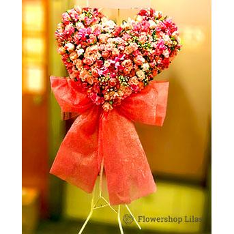 可愛いリボンが付いたハートのスタンド花 ピンク
