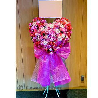 可愛いリボンが付いたハートのスタンド花